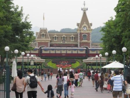 Heading to the main entrance of Hong Kong Disneyland where you need to have your bag(s) checked.  Any bottle of water could be confiscated from here.