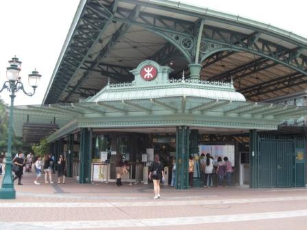 The MTR station in Hong Kong Disneyland.  It goes with the theme of the park, so as the train.  We didn't have enough time to catch one.  Hopefully, we can do so next time.