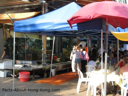 People enjoy the Hong Kong seafood outdoor.