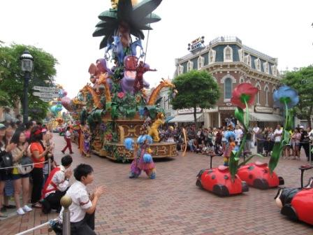 The Parade was awesome.  To get the best spot, get there 30 minutes before it starts.  That's why you need a Hong Kong Disneyland planner.  People may try to get in front of you which could happen anywhere.