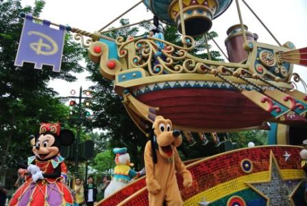 Seeing Mickey Mouse, Minnie Mouse, Donald Duck, Goofy and Pluto is a dream to almost every child.  The day-time parade in the theme park makes that dream came true.
