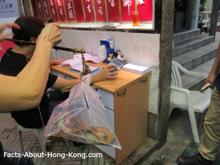 See how they weigh the seafood in Hong Kong