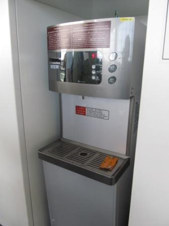Water machine provides FREE steriled water in the airport