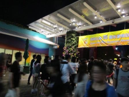 On the way out of Ocean Park, I purposefully turned around to take this pic.  Look at how enthusiastic of the crowd is for the Hong Kong Halloween celebration